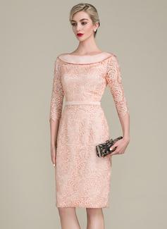 Etui-Linie Off-the-Schulter Knielang Spitze Kleid für die Brautmutter mit Schleife(n) (008107649)