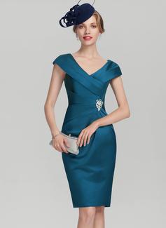 Etui-Linie V-Ausschnitt Knielang Satin Kleid für die Brautmutter mit Rüschen Perlstickerei (008131959)