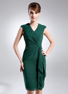 Etui-Linie V-Ausschnitt Knielang Chiffon Kleid für die Brautmutter mit Gestufte Rüschen (008005979)