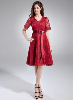 A-Linie/Princess-Linie V-Ausschnitt Knielang Spitze Kleid für die Brautmutter mit Kristalle Blumen Brosche Schleife(n) (008005631)