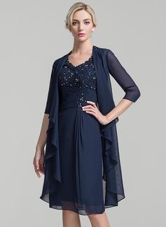 Etui-Linie V-Ausschnitt Knielang Chiffon Kleid für die Brautmutter mit Rüschen Perlstickerei Pailletten (008091939)
