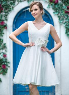 Forme Princesse Col V Longueur genou Tulle Charmeuse Robe de mariée avec Plissé Fleur(s) (002051519)