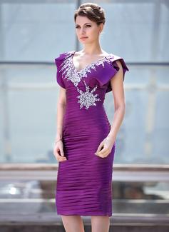 Etui-Linie V-Ausschnitt Knielang Charmeuse Kleid für die Brautmutter mit Rüschen Perlstickerei Pailletten Gestufte Rüschen (008018930)