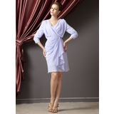Etui-Linie V-Ausschnitt Knielang Chiffon Kleid für die Brautmutter mit Gestufte Rüschen (008014252)