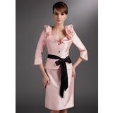 Etui-Linie V-Ausschnitt Knielang Taft Kleid für die Brautmutter mit Schleifenbänder/Stoffgürtel Blumen Schleife(n) Gestufte Rüschen (008005651)