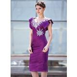 Etui-Linie V-Ausschnitt Knielang Charmeuse Kleid für die Brautmutter mit Rüschen Perlen verziert Pailletten Gestufte Rüschen (008018930)
